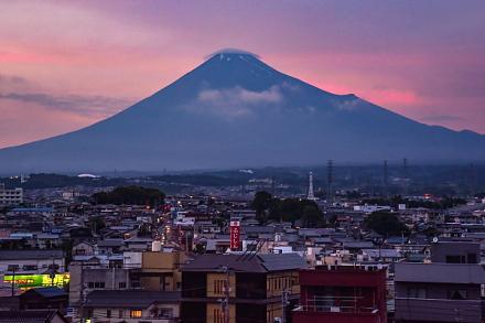 祇園祭開催の吉原からの夕暮れ時の富士山