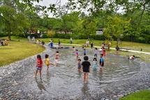 水遊びを楽しめる池