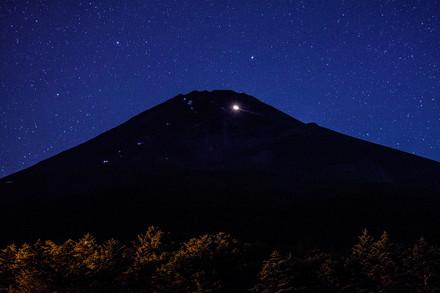 水ヶ塚公園からの夜の富士山と無数の星