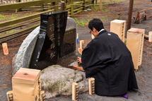 羽衣の松の碑の前に置かれた種火