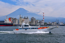 富士山をバックに体験乗船を楽しむ