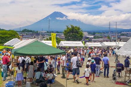 祭り開催の原田公園 綺麗な富士山が姿を見せる