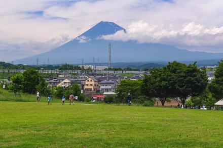 整備が進む西側の広場と富士山の風景