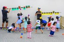 思い思いに遊びを楽しむ子供たち