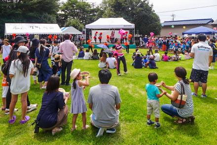 賑わう祭り会場の瓜島公園