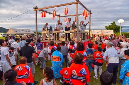 橋下護所神社祭典開催の雁公園 賑わう投げ餅