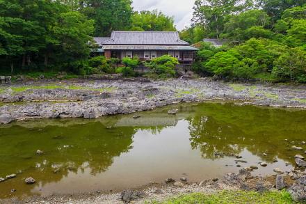 小浜池越しに見る楽寿館