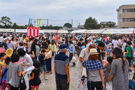 賑わう祭り会場の須津小学校グラウンド
