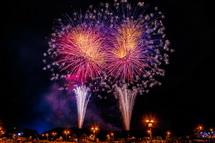 次々に打ち上がる多彩な花火