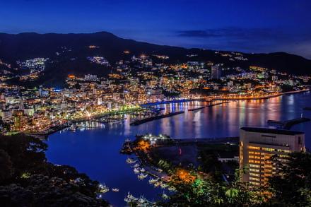 日暮れとともに熱海の街は幻想的な光景に