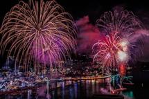 熱海の夜景をバック打ち上がる花火