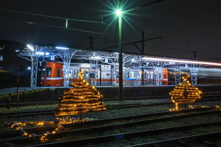 比奈駅の竹かぐやとホームに停車する岳南電車