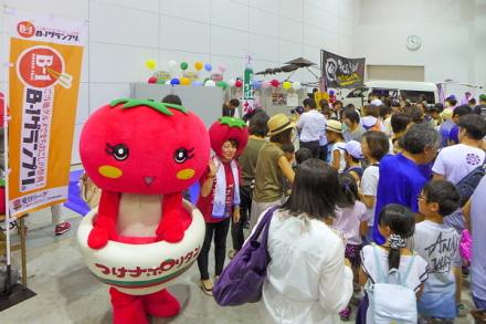 親子連れで賑わう「富士市のはたらく見本市」会場