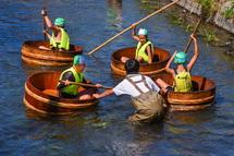 思い思いに川下りを楽しむ子供たち