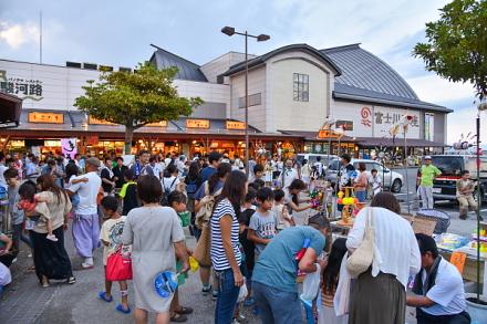 祭り開催で賑わう富士川楽座