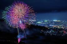打ち上げ花火と夜景のコラボ