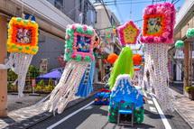 通りに多彩な七夕飾りが登場