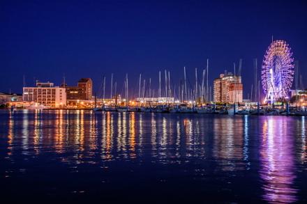日暮れとともに幻想的な光景が広がる清水港