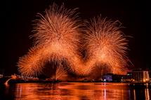 清水港と打ち上がる花火