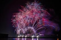 焼津港の海上から打ち上がる花火