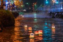 神田川を流れる灯籠