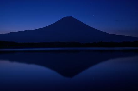 夜明け直前の田貫湖畔 綺麗な逆さ富士が映る