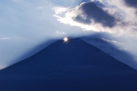 山頂から日が昇ってダイヤモンド富士に