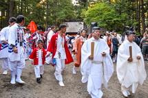 神社を出発する祭り関係者