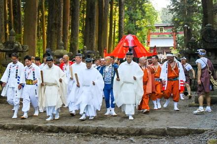 大きな神輿が神社を出発
