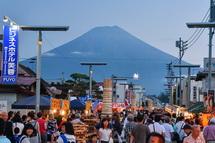 賑わう目抜き通りから見る富士山