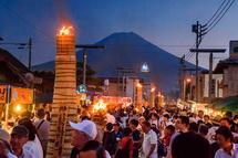 大松明と富士山の風景