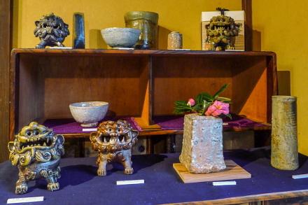 さまざまな陶芸作品が並ぶ