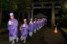 滝川神社に入る赫夜の舞一行