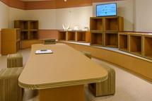 ダンボールのテーブルなどが置かれた交流スペース