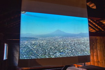 旧加藤酒店裏側の小屋内の映像作品