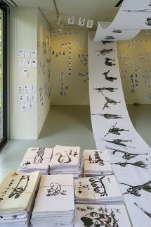 たくさんの墨絵の作品を展示