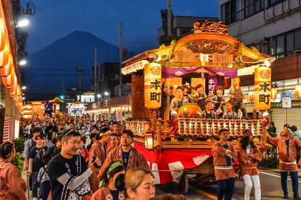 夕暮れ時の屋台(富士本町)と富士山の風景