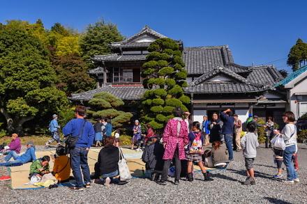賑わう会場の富士芸術村