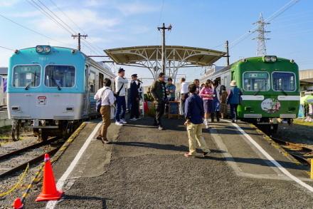 マルシェ開催で賑わいを見せる岳南江尾駅