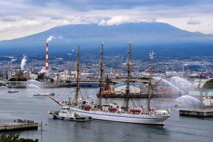 一斉放水で日本丸寄港を歓迎