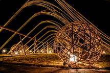明かりがついた竹アート作品
