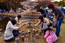 竹灯籠への点火作業