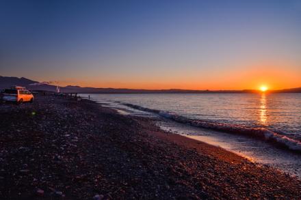 昇り切った太陽と海岸の風景