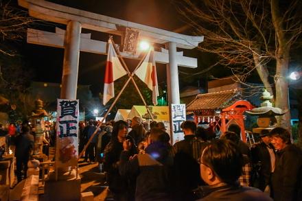初詣客で賑わう吉原天神社