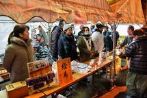 甘酒・豚汁のサービスや絵馬の販売