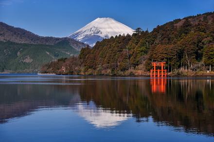 穏やかな芦ノ湖に逆さ富士が映った