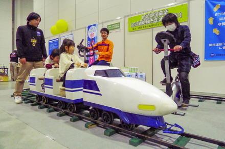 自転車をこいで新幹線を走らせるアトラクション