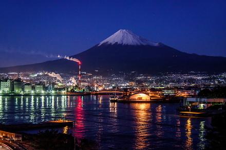 夕暮れ時の富士山と港の風景