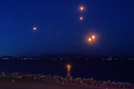 夜空を舞うスカイランタン