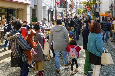 賑わう会場の富士町けやき通り